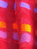 Κόκκινη εσάρπα από χειροποίητο φελτ με κίτρινα, μωβ, ροζ τετράγωνα