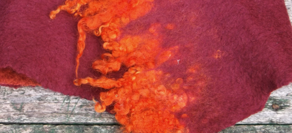 Γυναικείο κασκόλ σε κόκκινο-πορτοκαλί χρώμα από χειροποίητο φελτ