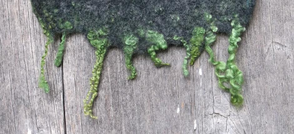 Χειροποίητο γυναικείο κασκόλ φελτ σε αποχρώσεις γκρι-πράσινου