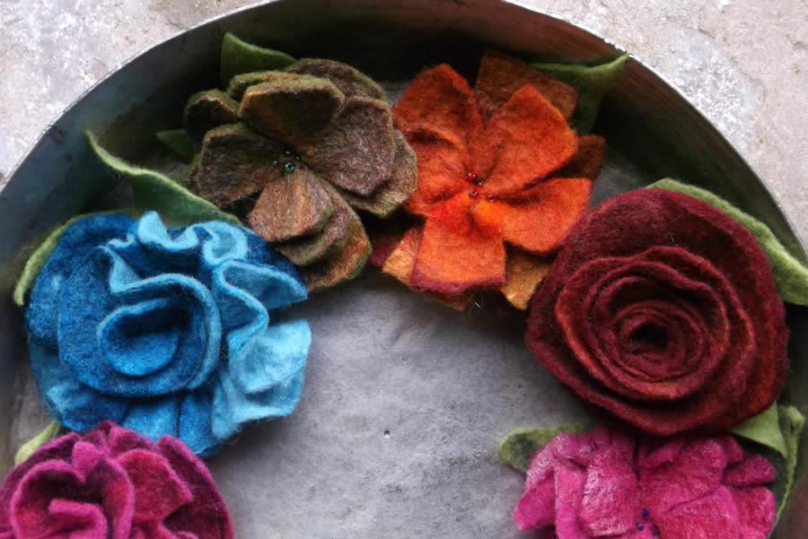Χειροποίητες καρφίτσες λουλούδια για καπέλα, παλτό, από μαλλί και ίνες μεταξιού με κεντητές χάντρες από χειροποίητο φελτ στα Ζαγοροχώρια
