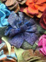 Χειροποίητες καρφίτσες για καπέλα, παλτό, από μαλλί και ίνες μεταξιού με κεντητές χάντρες