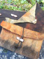 Χειροποίητα τσαντάκια-φάκελοι με κορδόνι, καπνοθήκες, πορτοφόλια με χειροποίητα ξύλινα κουμπιά από ξύλο γλιστροκουμαριάς