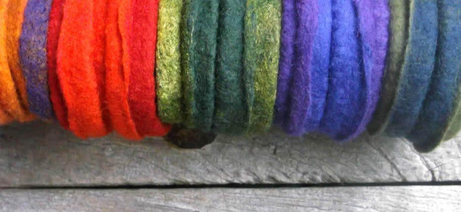 Χειροποίητα βραχιόλια φελτ, με ίνες μεταξιού, μεταξωτά υφάσματα, φυσικές μπούκλες προβάτων ΟΧΙ περμανάντ σε πολλά χαρούμενα χρώματα