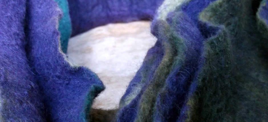 Χειροποίητος γιακάς με πιέτες-πτυχώσεις φτιαγμένος με τη μέθοδο shibori