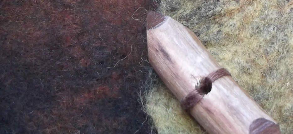 Tσαντάκια φάκελοι με κορδόνι, καπνοθήκες, πορτοφόλια με χειροποίητα ξύλινα κουμπιά από ξύλο γλιστροκουμαριάς