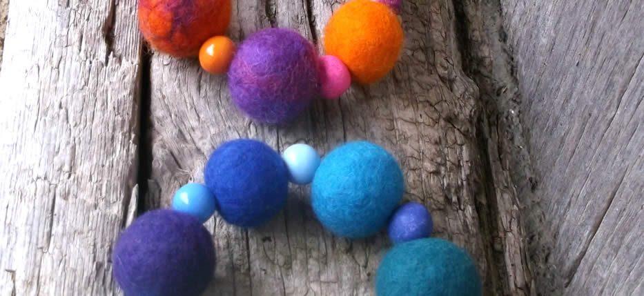 Χειροποίητα βραχιόλια και κολιέ με μάλλινες και ξύλινες χάντρες σε χαρούμενα χρώματα