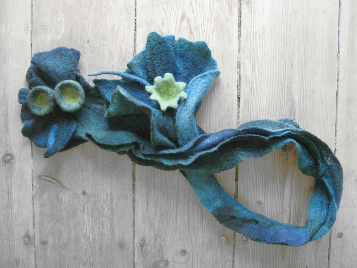 Χειροποίητος γιακάς από φελτ με πιέτες-πτυχώσεις διακοσμημένος με λουλούδια
