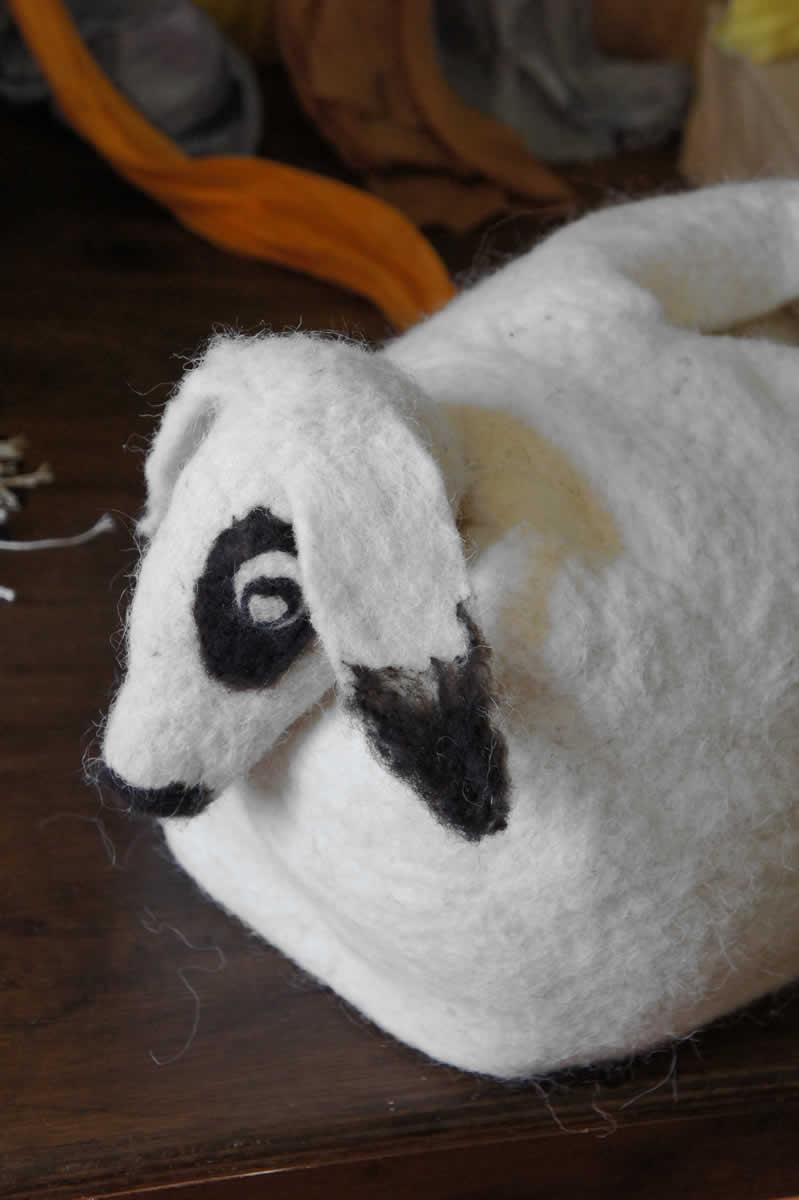 """Πρόβατο από Felt από """"Καραμάνικο"""" μαλλί, φτιαγμένο με τις τεχνικές τού υγρού felt & needle felting (το κεφάλι τού προβάτου)."""
